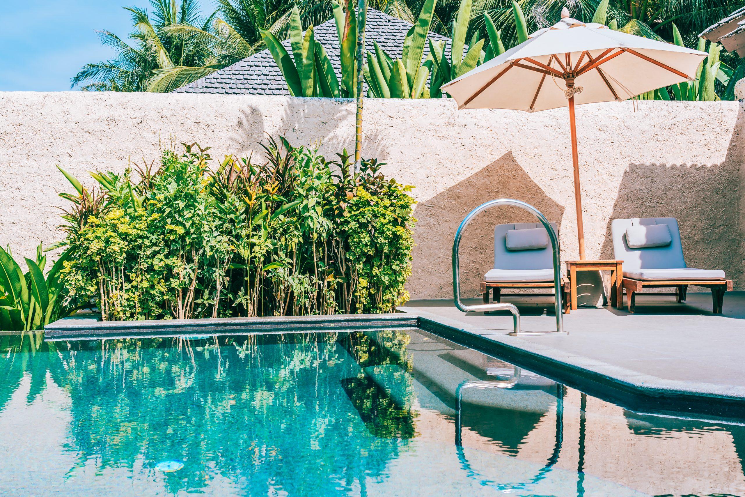 Piscina prefabricada y piscina de obra